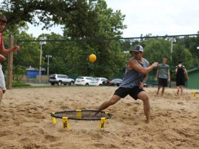 Angriffsschlag beim Roundnet im Sand