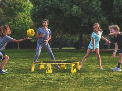 Kinder beim Roundnet/Spikeball spielen